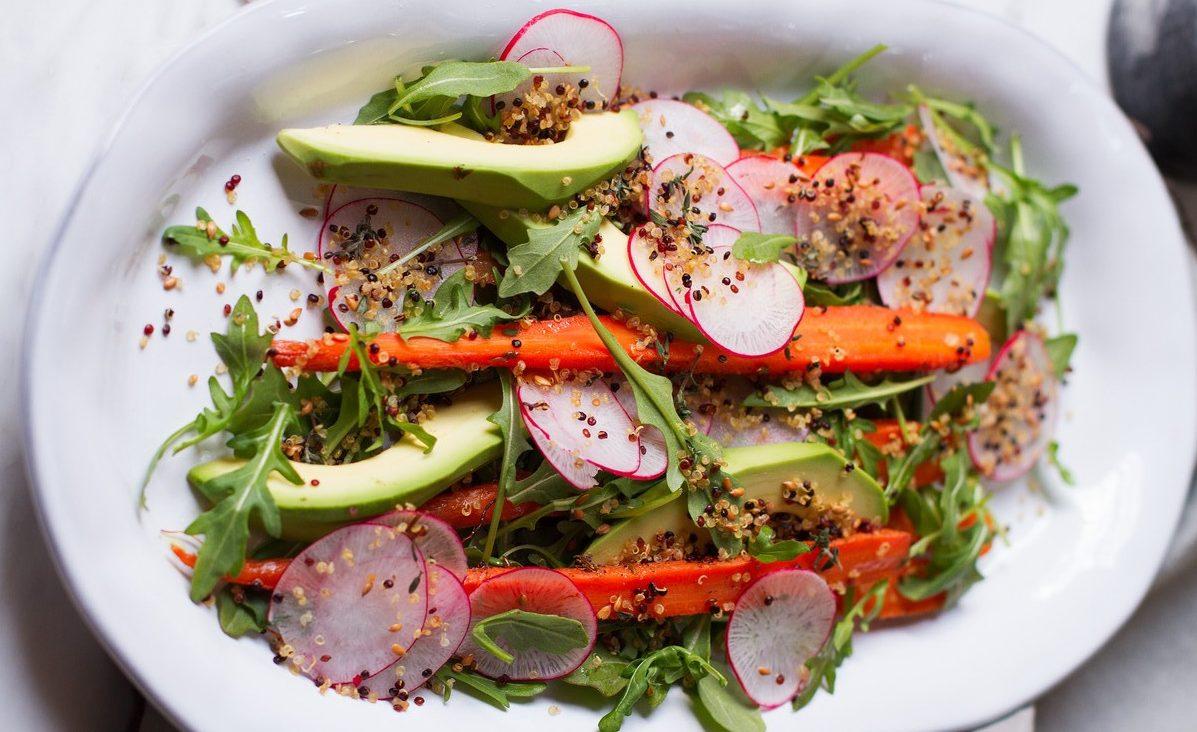 Диетический овощной салат с авокадо и пряными травами