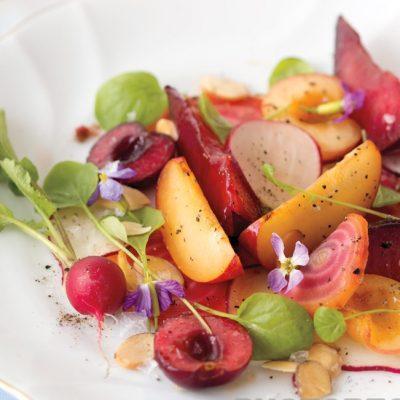 Диетический салат из слив со свеклой и рикоттой - рецепт с фото