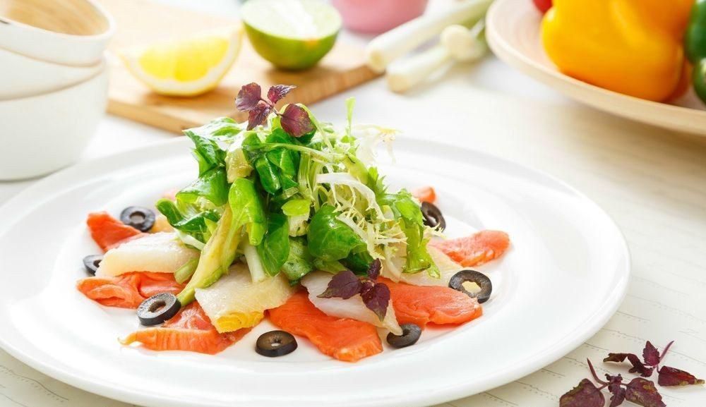 Изысканный салат из авокадо и соленой рыбы