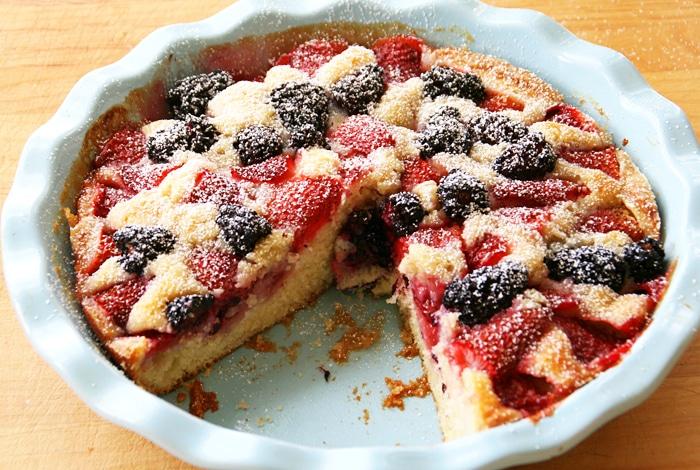 Клубнично-ежевичный пирог – хороший вариант летнего завтрака