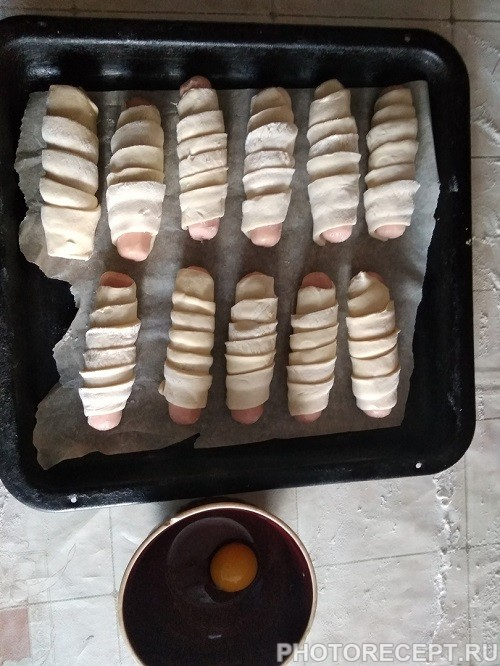 Фото рецепта - Сосиски в дрожжевом слоеном тесте - шаг 4