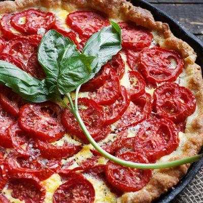 Открытый пирог с сыром и помидорами - рецепт с фото