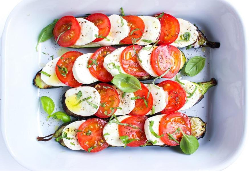 Овощная закуска или любимый салат Капрезе на жареных баклажанах