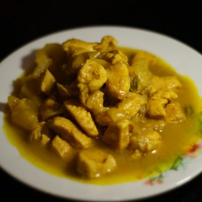 Куриное филе в соусе карри с кокосовым молоком и ананасом - рецепт с фото