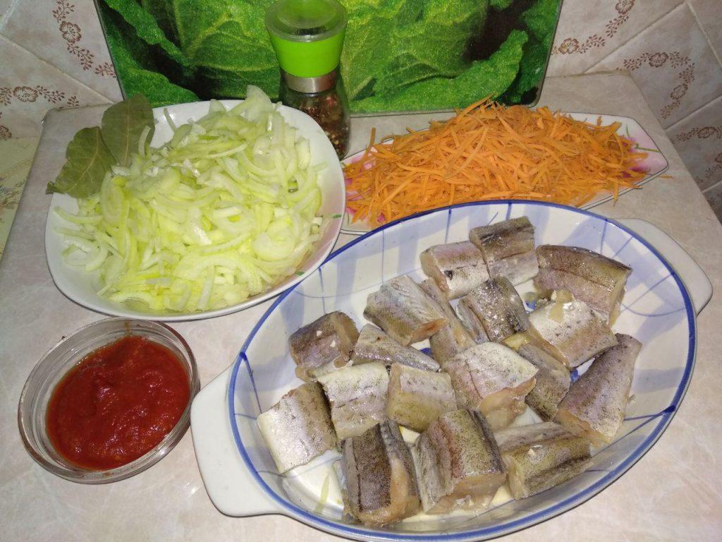 Фото рецепта - Хек под овощами (лук и морковь) - шаг 2