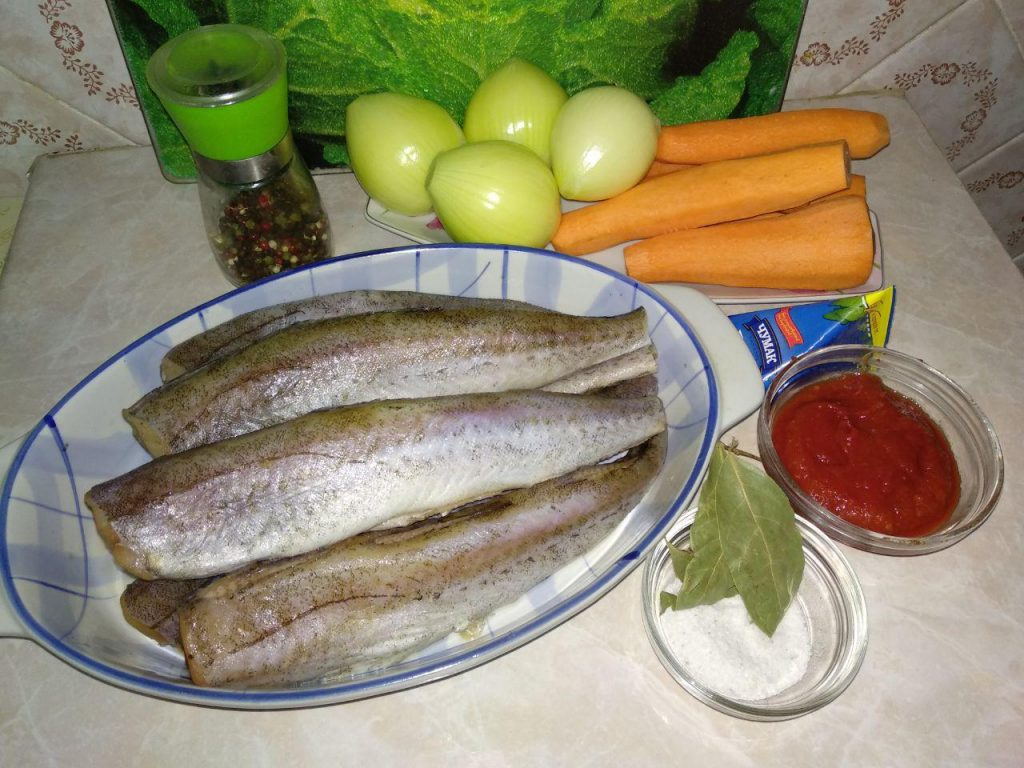 Фото рецепта - Хек под овощами (лук и морковь) - шаг 1