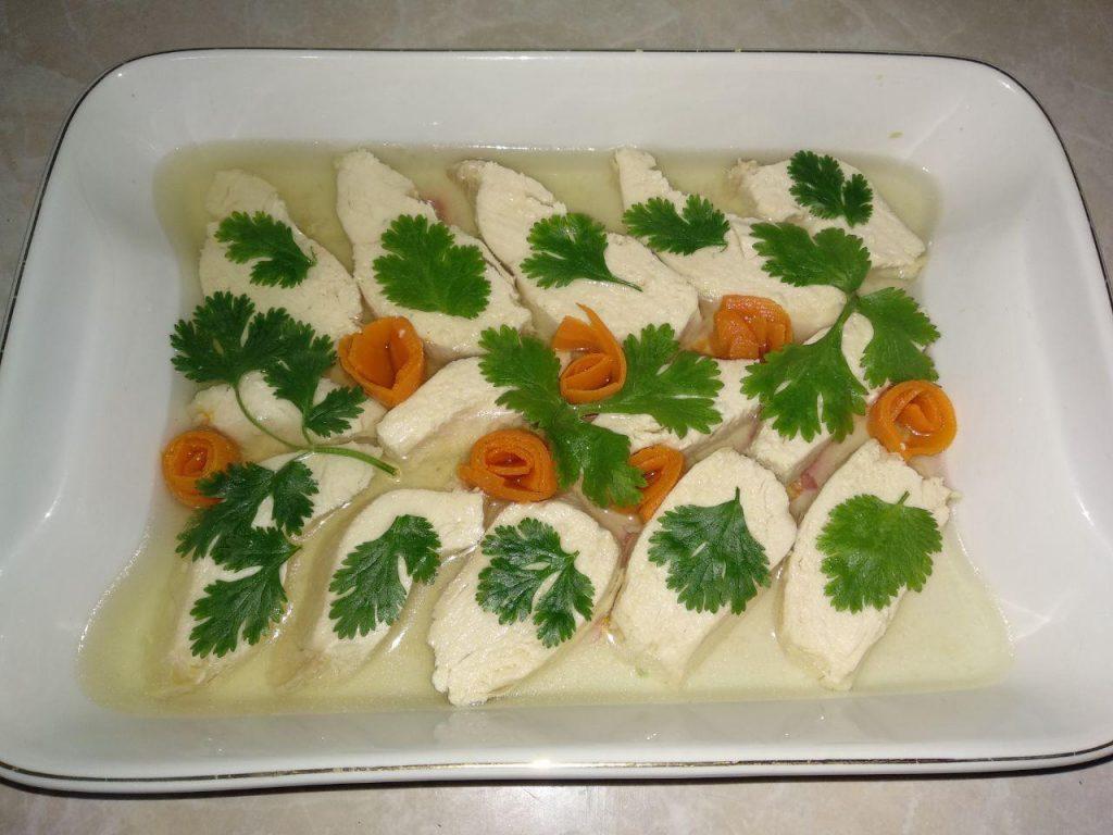 Фото рецепта - Мясное заливное из куриного филе - шаг 4