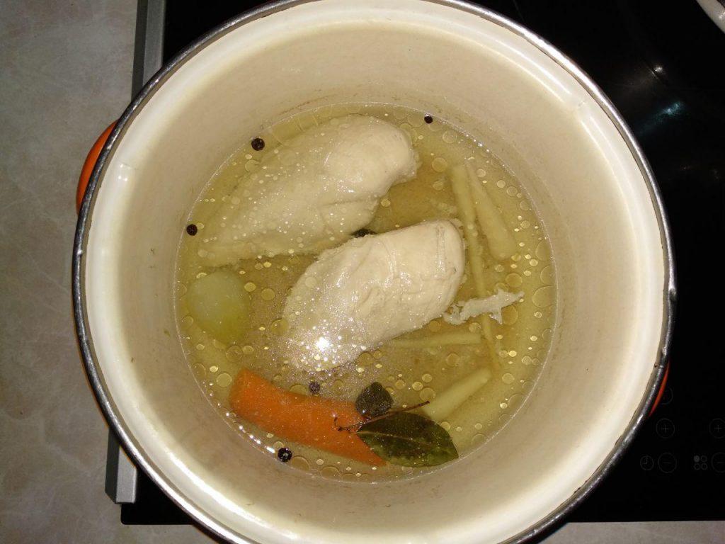 Фото рецепта - Мясное заливное из куриного филе - шаг 2