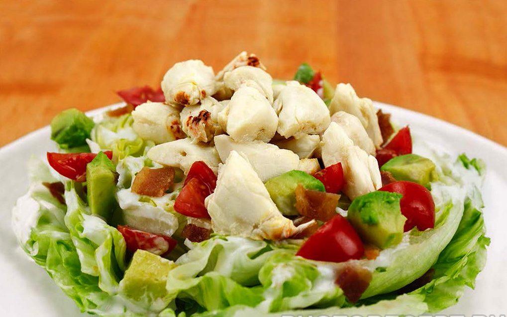 Праздничный салат из крабов, черри и авокадо