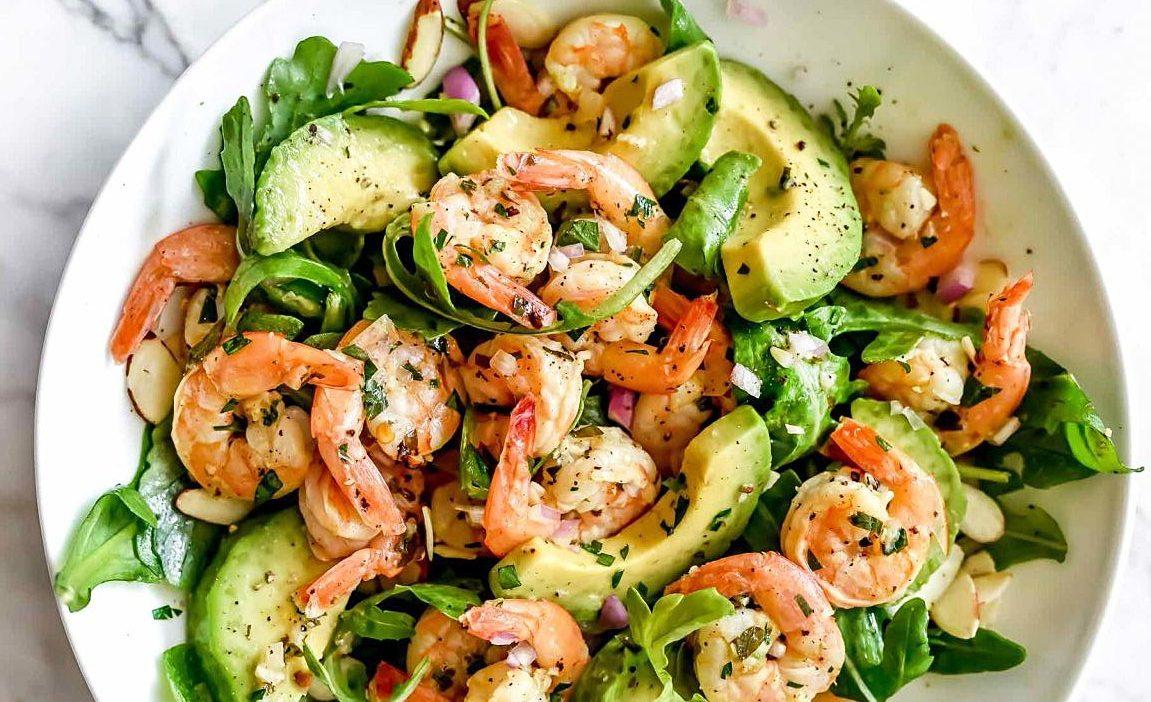 Простой ароматный салат с креветками и авокадо