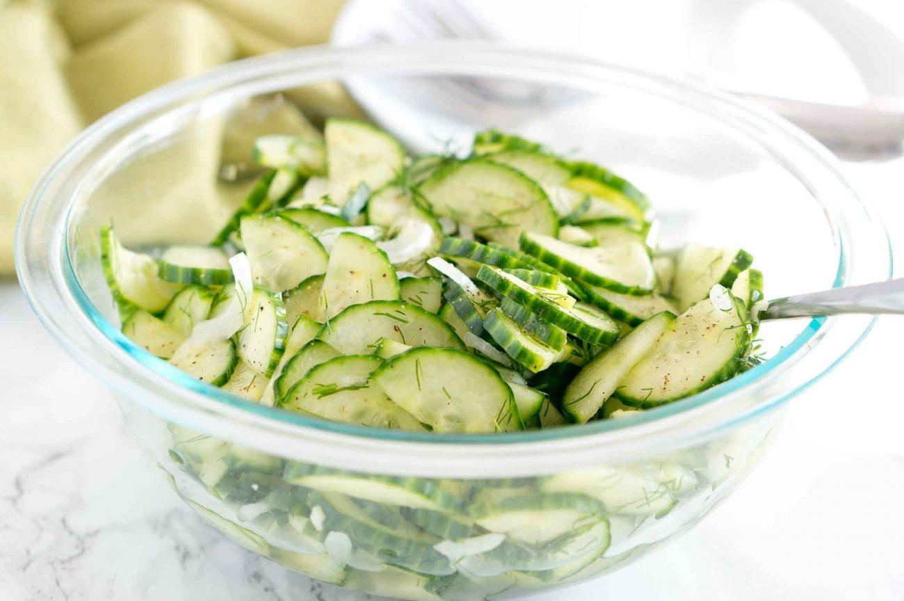 Пряный салат из свежих огурцов и репчатого лука