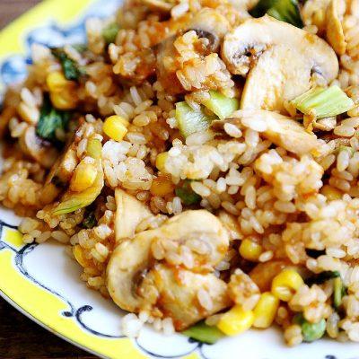 Рассыпчатый рисовый гарнир с грибами, горошком и кукурузой - рецепт с фото