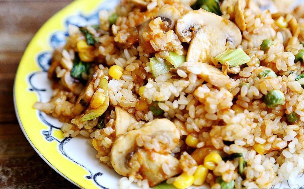 Рассыпчатый рисовый гарнир с грибами, горошком и кукурузой