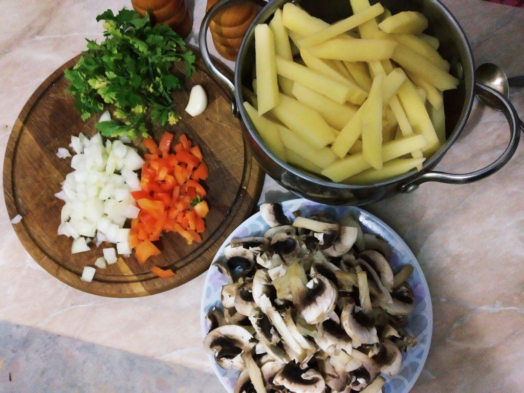 Фото рецепта - Жареный картофель с грибами и зеленью - шаг 2