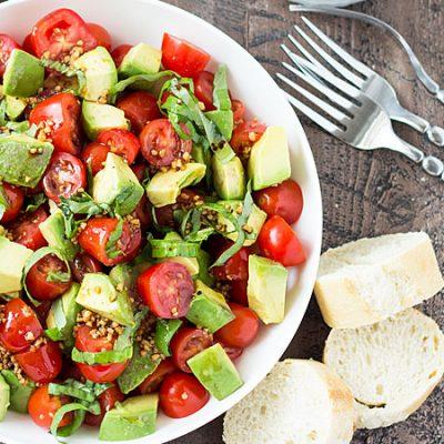 Салат из авокадо и томатов с восхитительной заправкой - рецепт с фото