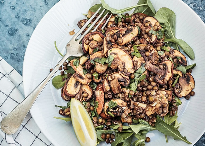 Салат из чечевицы с жаренными грибами