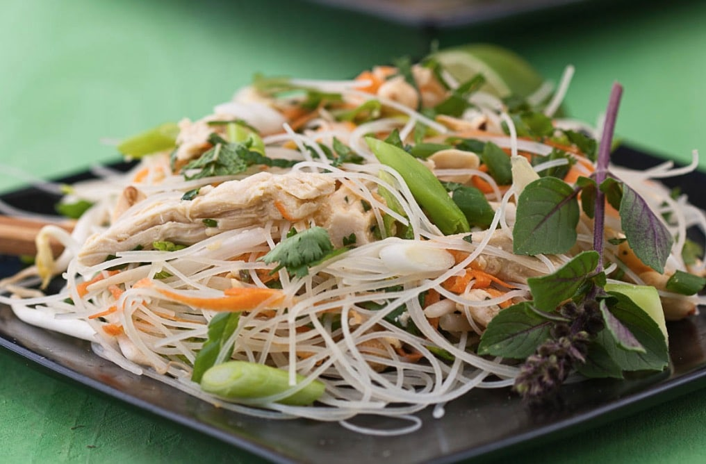 Салат из рисовой лапши с кусочками курицы по-тайски