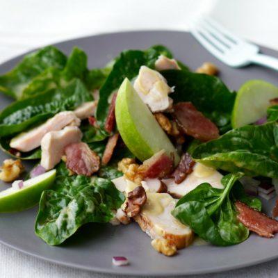 Салат из шпината с копченой курицей и яблоком - рецепт с фото