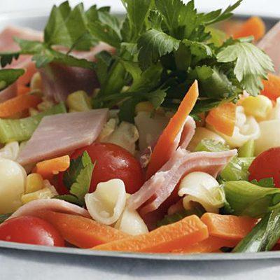 Салат из ветчины и кукурузы с овощами - рецепт с фото
