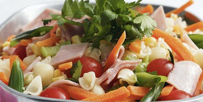 Салат из ветчины и кукурузы с овощами