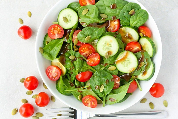 """Салат """"Здоровье"""" из шпината и овощей"""