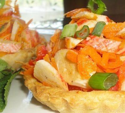 Праздничные тарталетки с салатом из крабов - рецепт с фото