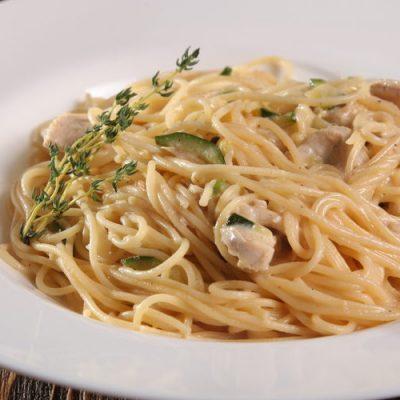 Спагетти с тунцом и цукини в сливках - рецепт с фото