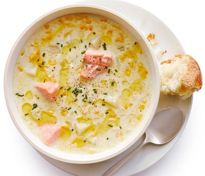 """Зимний"" суп из лосося, кукурузы со сливками"