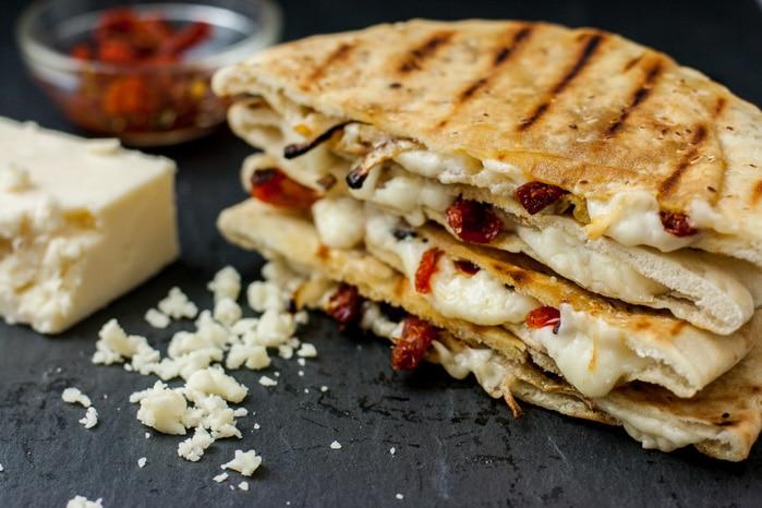 Сырная пита с помидорами на гриле