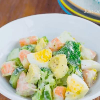 Сытный салат с креветками и авокадо - рецепт с фото