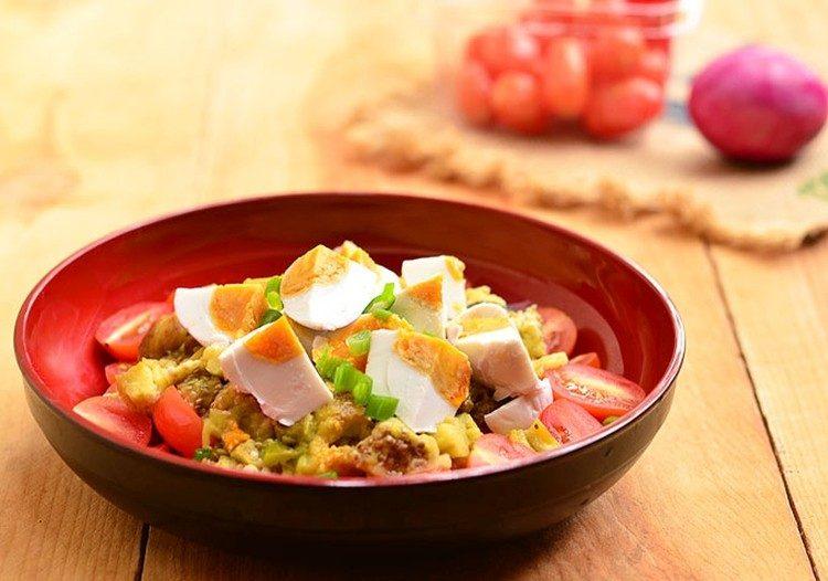 Теплый салат из баклажан с помидорами и яйцами