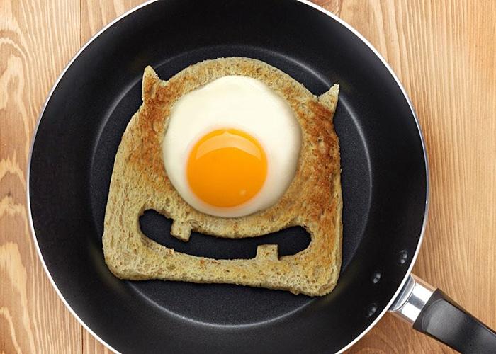 Тост с яйцом – веселый завтрак
