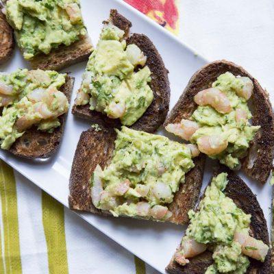 Хрустящие тосты с салатом из авокадо и креветок - рецепт с фото
