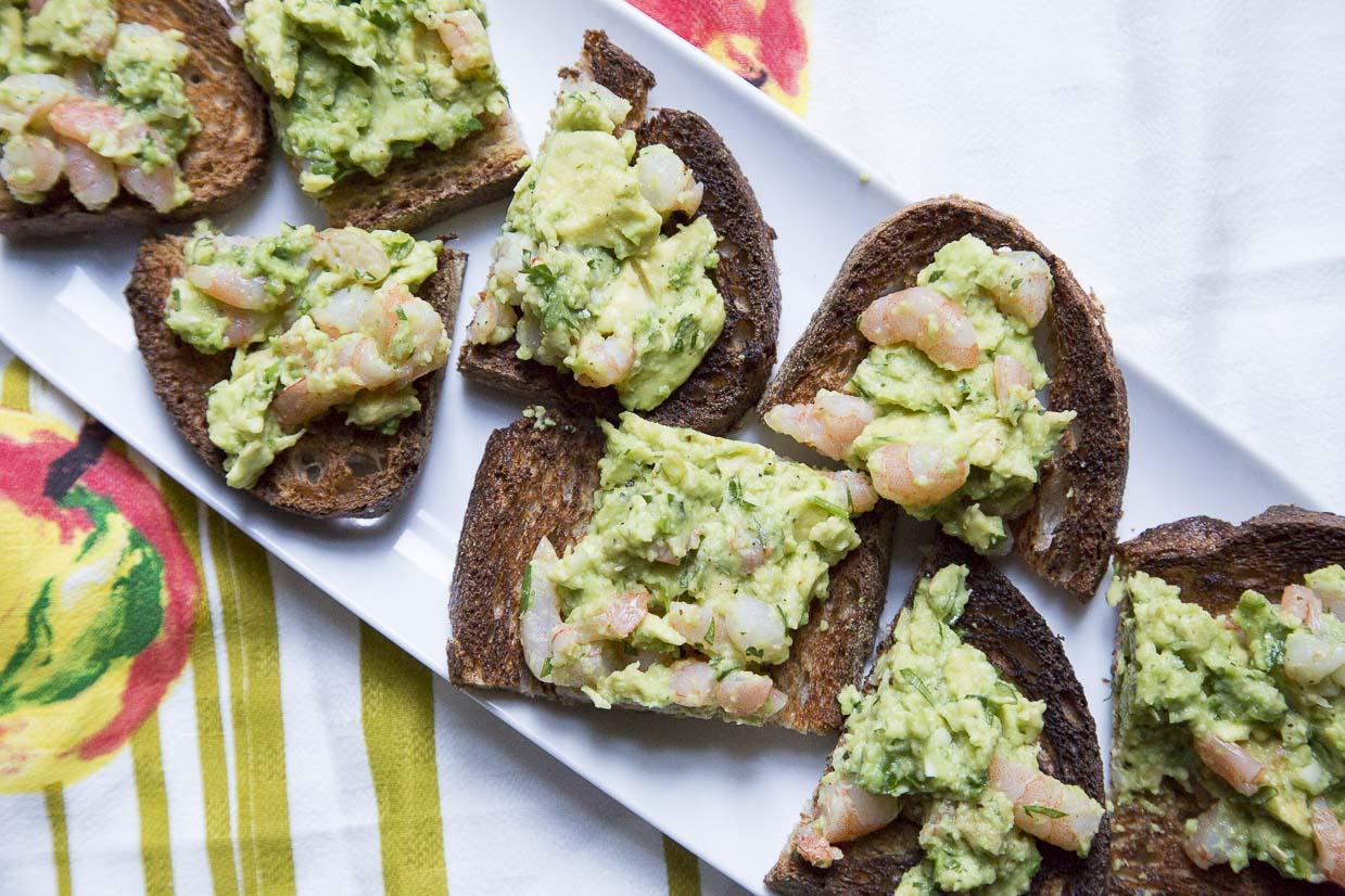 Хрустящие тосты с салатом из авокадо и креветок