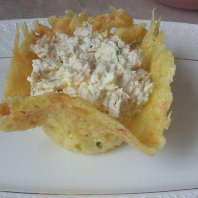 Фото рецепта - Салат в сырной корзиночке - шаг 6