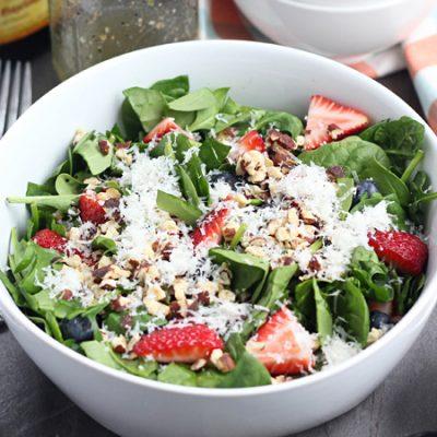 Ягодный салат со шпинатом и сыром - рецепт с фото