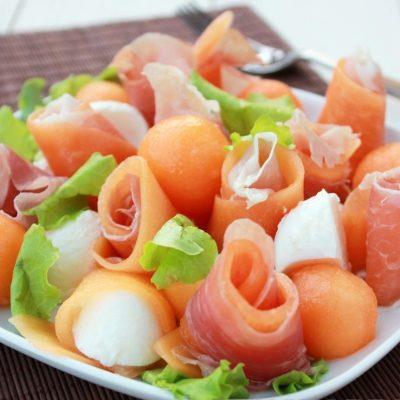 Праздничная закуска из дыни, сыра и ветчины - рецепт с фото