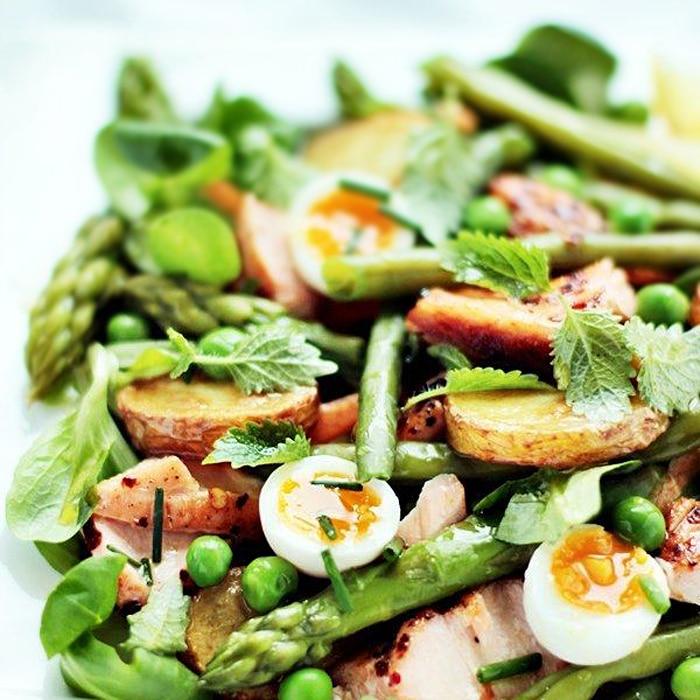 Зеленый салат с яйцами и перепелами