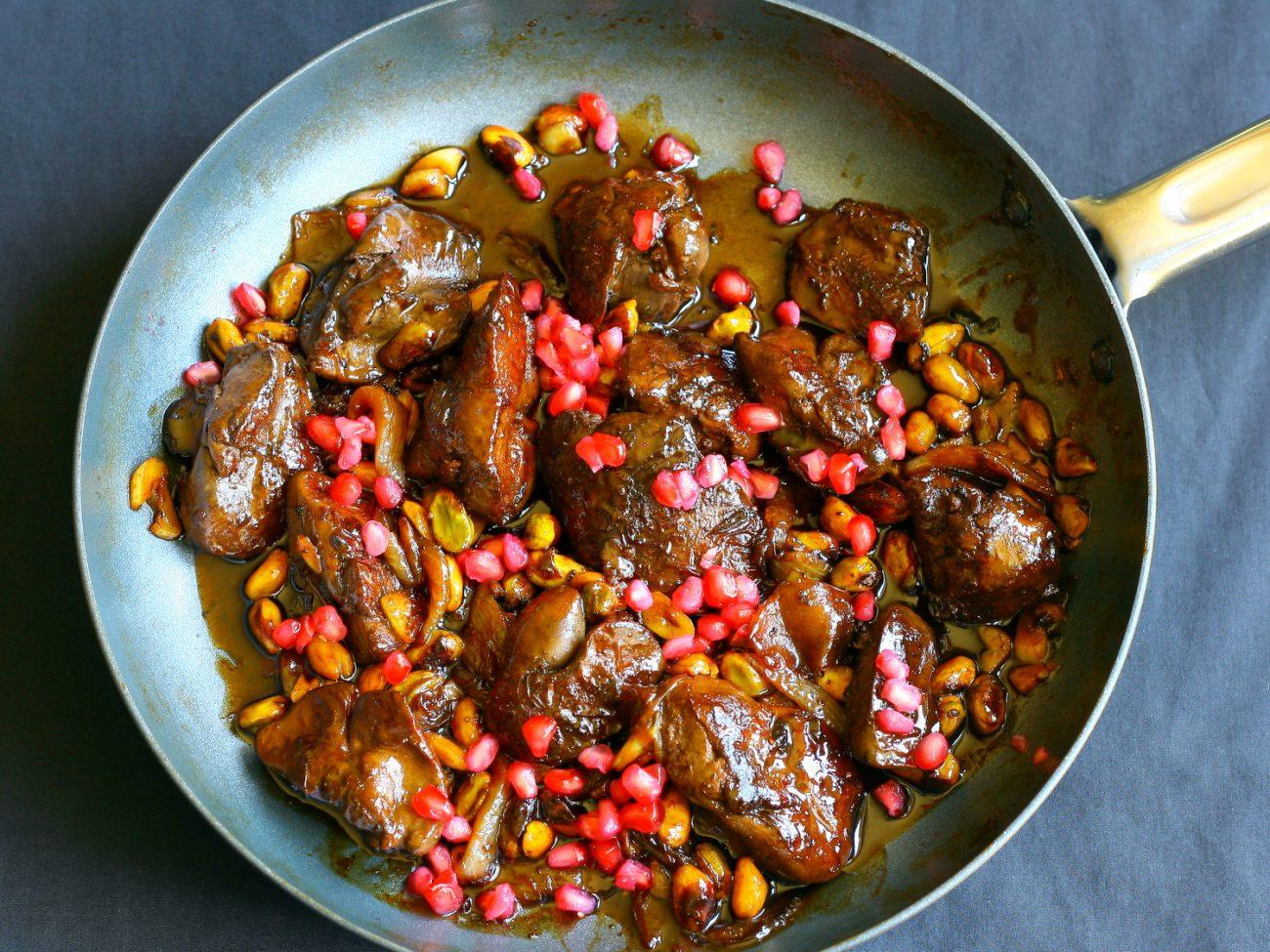 Жареная куриная печень с луком и кукурузой