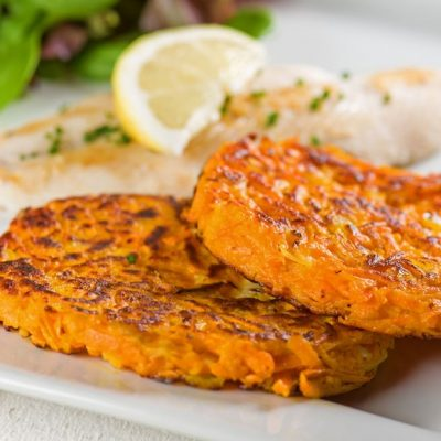 Жареный лосось с морковными котлетами и луком - рецепт с фото