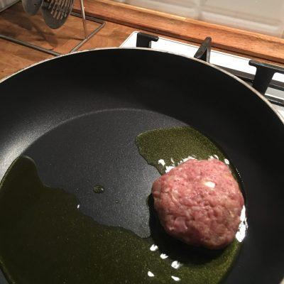 Фото рецепта - Котлеты из говяжьего фарша сочные и воздушные - шаг 6
