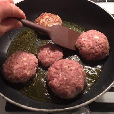 Фото рецепта - Котлеты из говяжьего фарша сочные и воздушные - шаг 7
