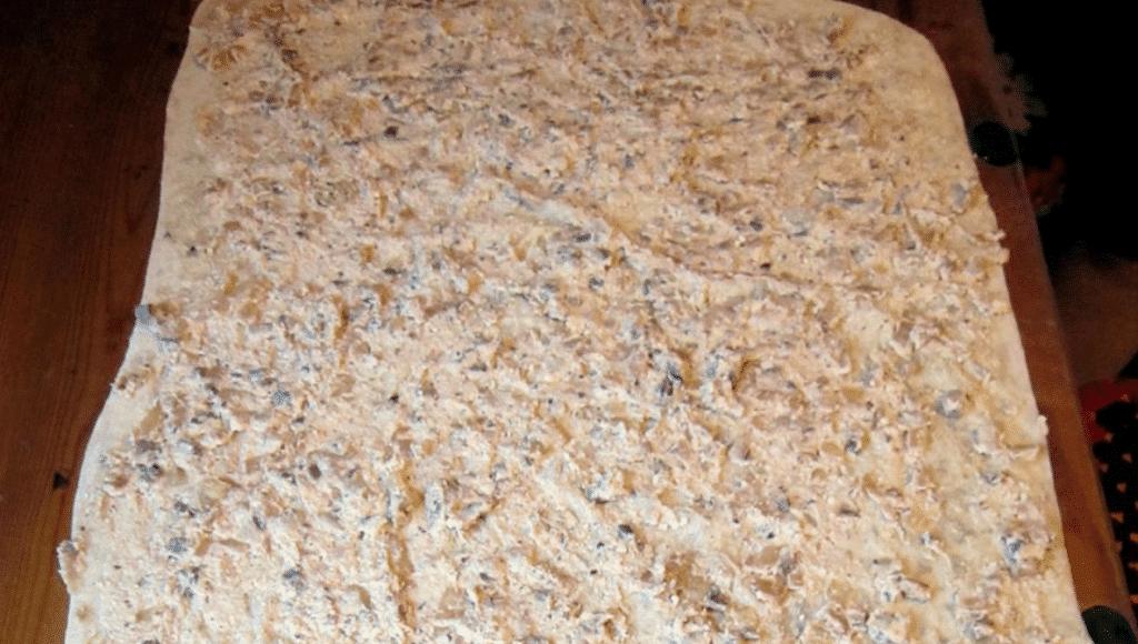 Фото рецепта - Рулет из лаваша с рыбной начинкой - шаг 6