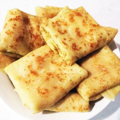 Блинчики с колбасой и сыром - рецепт с фото