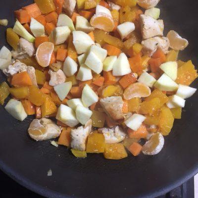 Фото рецепта - Курица, тушеная с тыквой и зеленым горошком - шаг 5