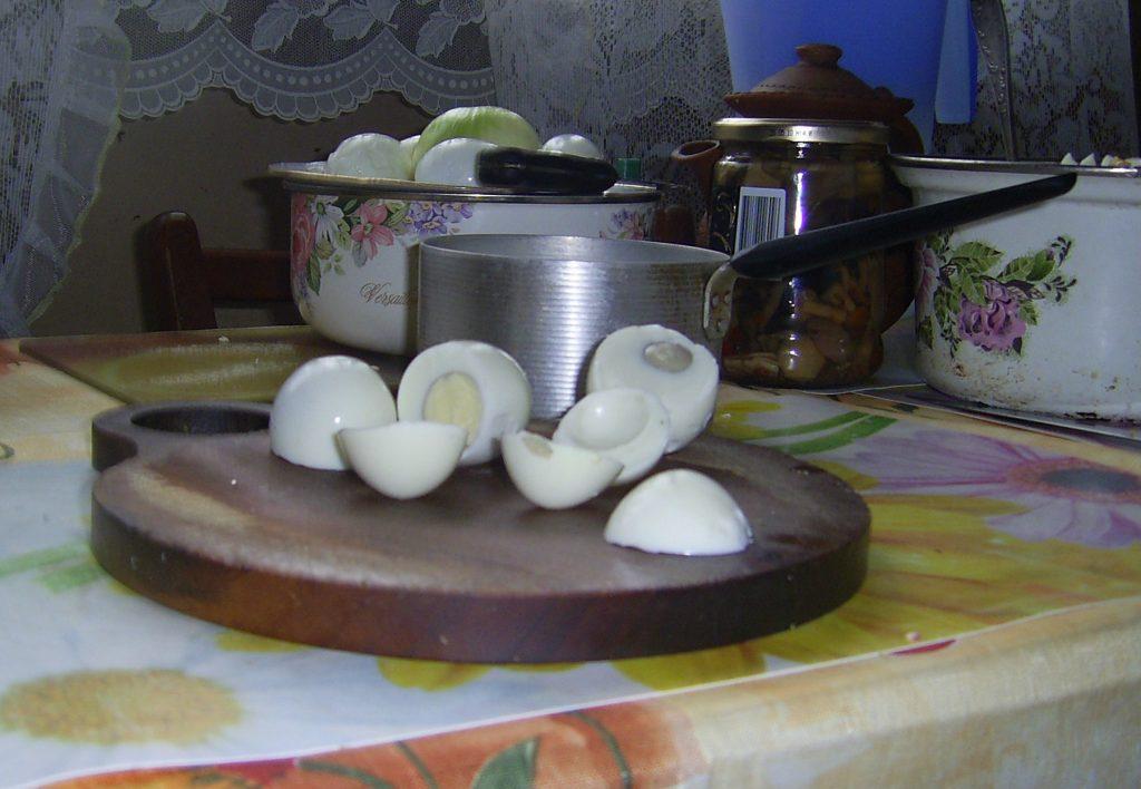 """Фото рецепта - Закуска """"Грибочки"""" из фаршированных яиц - шаг 2"""
