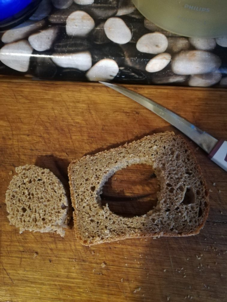 Фото рецепта - Яичница в хлебе - шаг 2