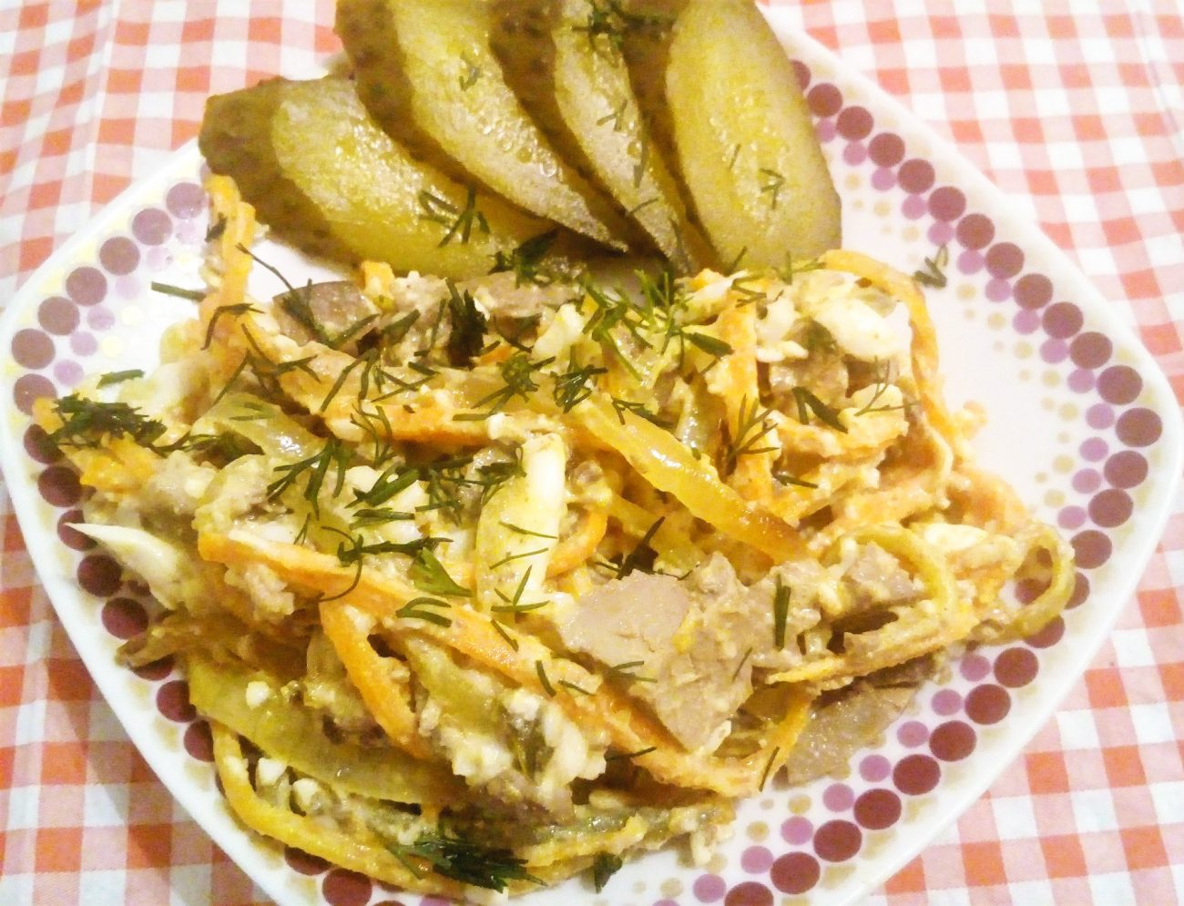 Печеночный салат с соленым огурцом