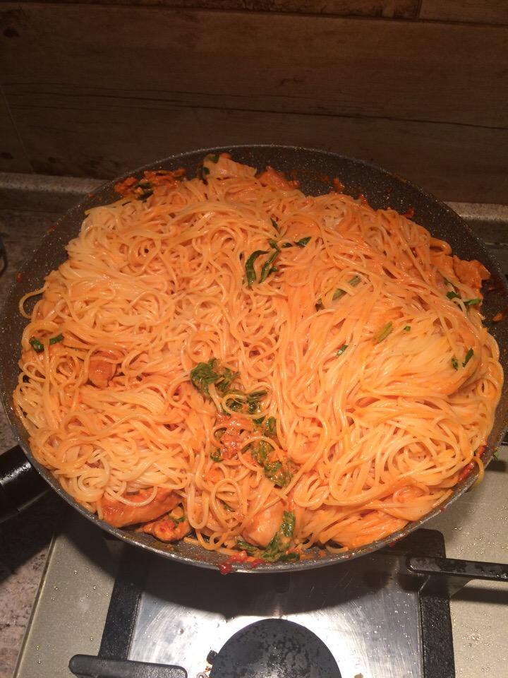 Фото рецепта - Паста под сливочно-томатным соусом с карри - шаг 6