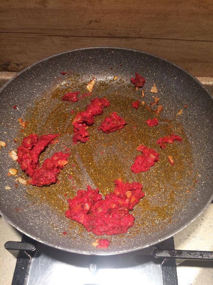 Фото рецепта - Паста под сливочно-томатным соусом с карри - шаг 2